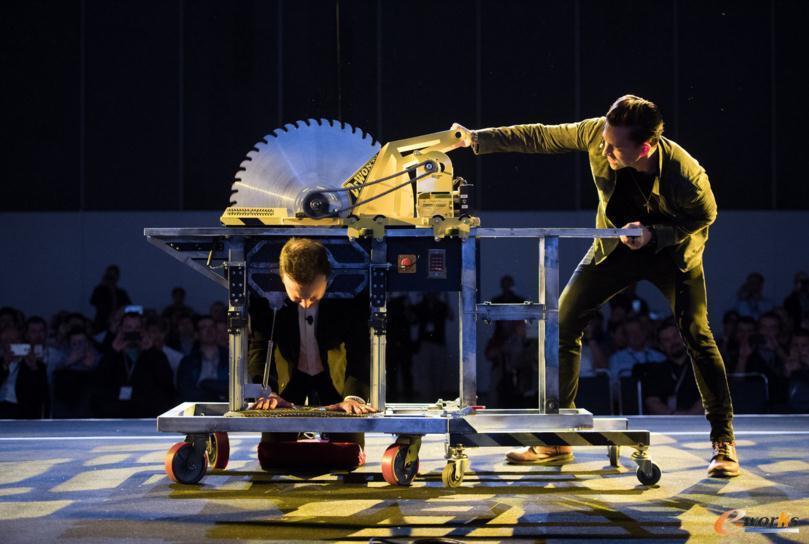 """图2 SOLIDWORKS CEO Gian Paolo Bassi亲自体验""""电锯锯人""""魔术"""
